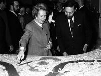 ******** Margaret Thatcher (1925- ), British Prime Minister, viewing the Canary Wharf scheme, 1988.